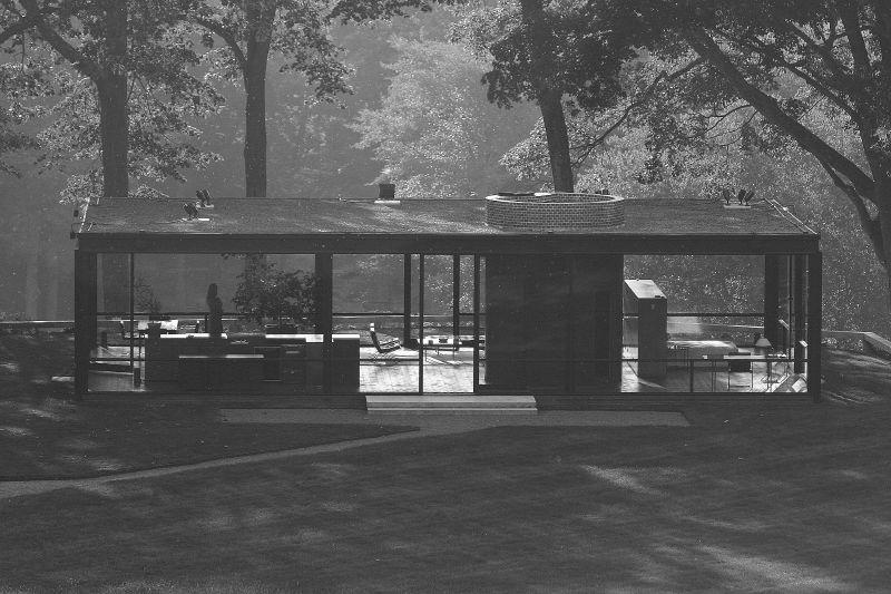 """""""Glass House"""" do arquiteto Philip Johnson. Uma importante referência do pós-modernismo na arquitetura, área em que primeiro surgiu a discussão sobre a superação da modernidade."""