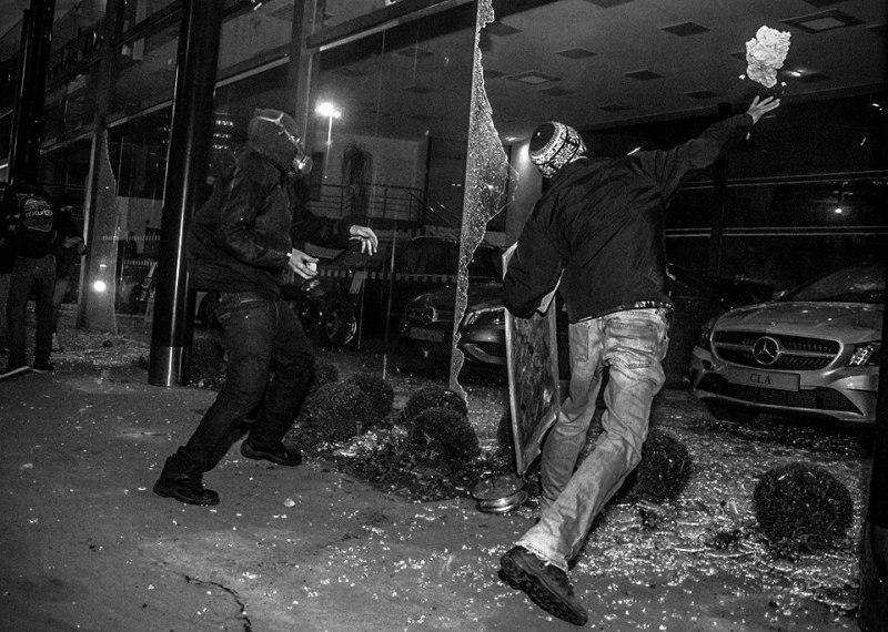Ato Movimento Passe Livre - SP 19/06/2014 Concessionária da Mercedes-Benz, inaugurada há uma semana, estima prejuízos de R$ 3 milhões após ação de encapuzados. Photographer, William Oliveira