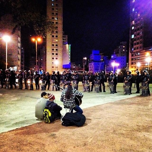 - parte do time dos policiais ouvindo seu hino